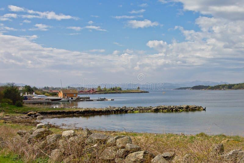 Noorse Lysefjord-kust dichtbij Stavanger op een zonnige dag stock fotografie