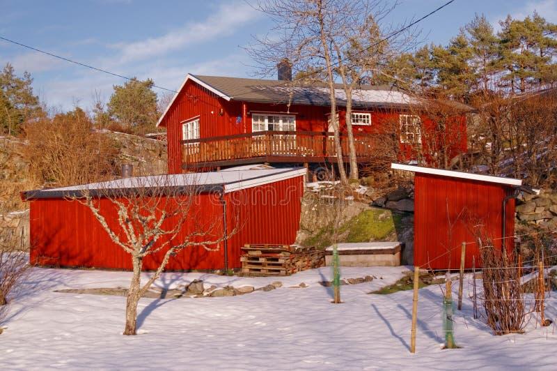 Noorse rode landbouwbedrijfgebouwen stock afbeeldingen