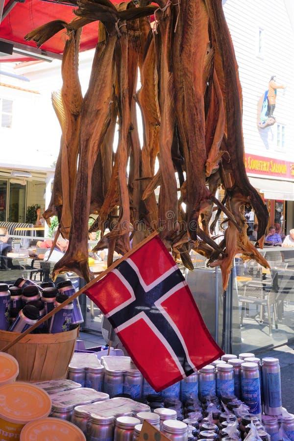 Noorse vlag en droge lutefisk bij de vissenmarkt 2018 van Bergen royalty-vrije stock foto's
