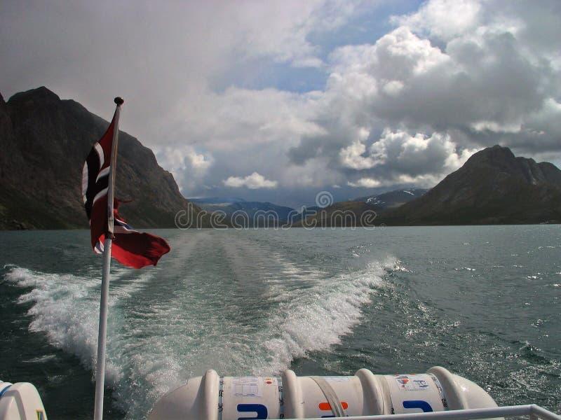 Noorse vlag op een achtersteven van een boot stock foto