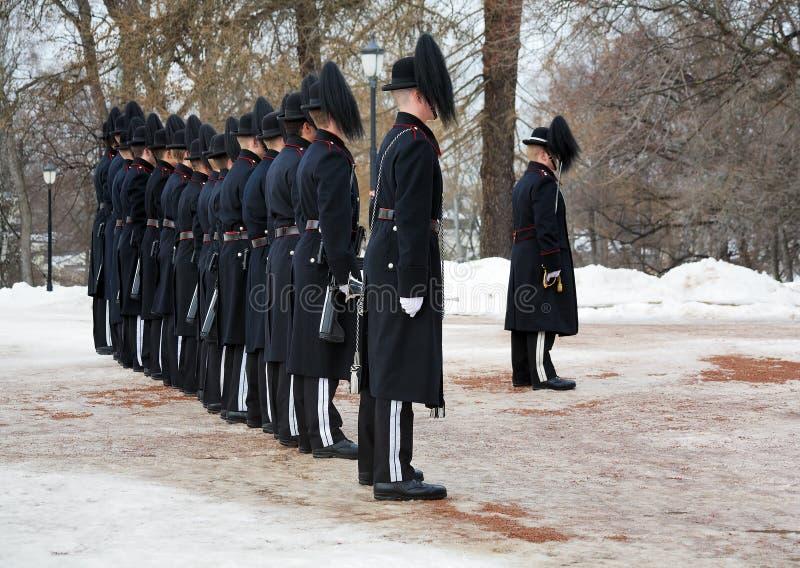 Noorse Wachten dichtbij Royal Palace in Oslo stock foto's