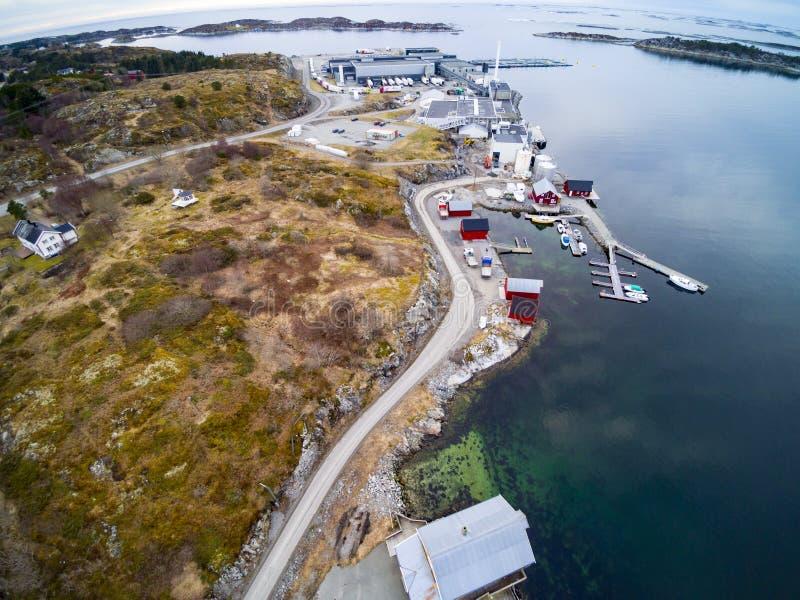 Noorse zalmfabriek op de kust van Noorwegen stock afbeelding