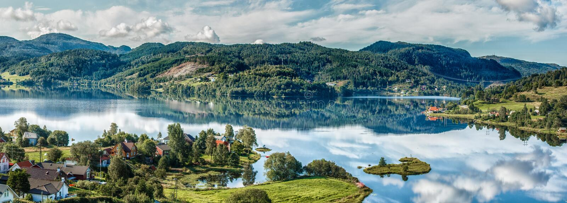 noorwegen Bergen Meer Zon bezinning Wolken Bos stock fotografie