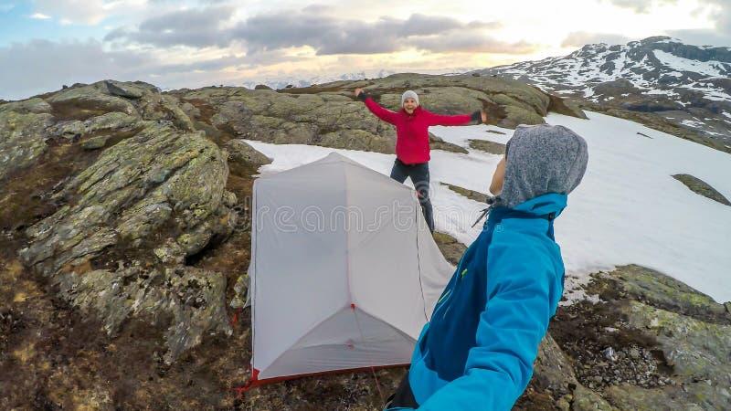 Noorwegen - een paar die in de wildernis kamperen royalty-vrije stock afbeeldingen