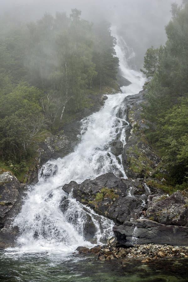 Noorwegen, een waterval op Sognefjord stock fotografie