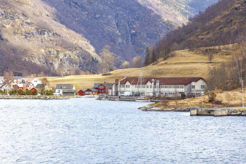 noorwegen Het dorp op de kust van de Sognefjord-fjord royalty-vrije stock foto's