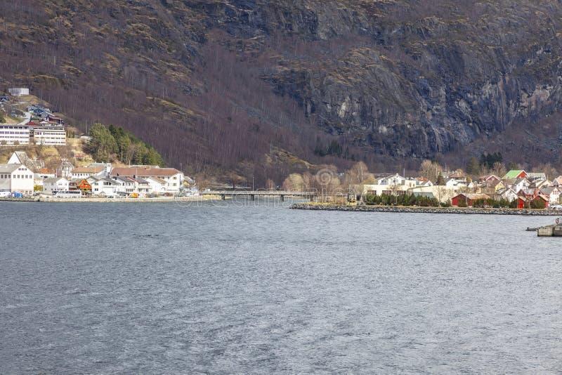 noorwegen Het dorp op de kust van de Sognefjord-fjord royalty-vrije stock fotografie
