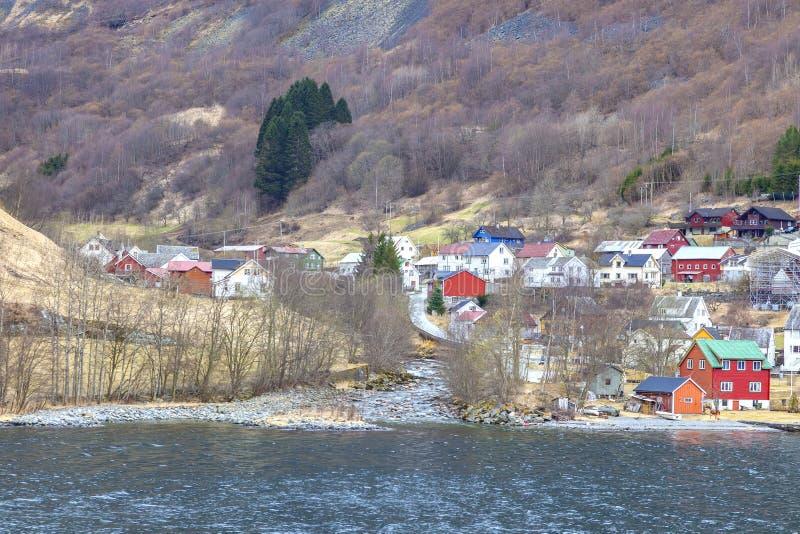 noorwegen Het dorp op de kust van de Sognefjord-fjord stock fotografie