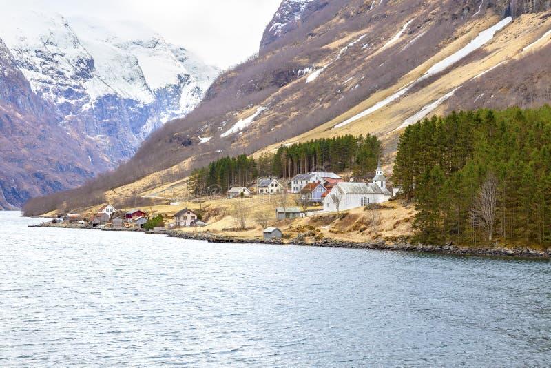 noorwegen Het dorp op de kust van de Sognefjord-fjord royalty-vrije stock afbeeldingen