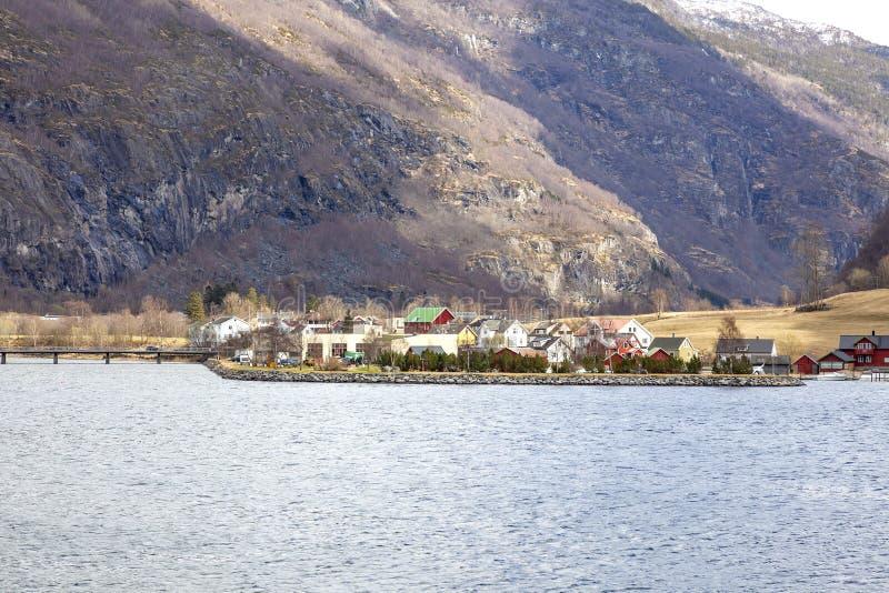 noorwegen Het dorp op de kust van de Sognefjord-fjord stock foto's