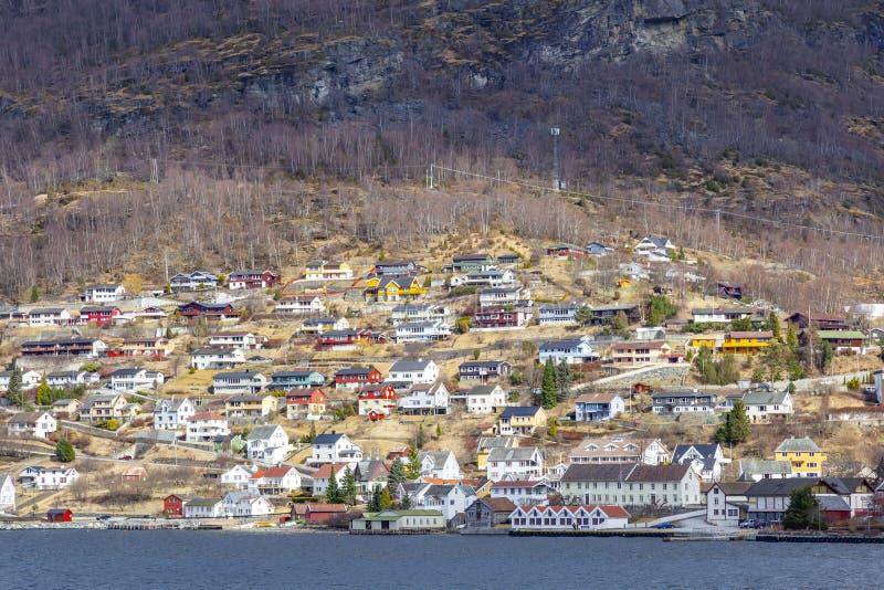 noorwegen Het dorp op de kust van de Sognefjord-fjord royalty-vrije stock foto