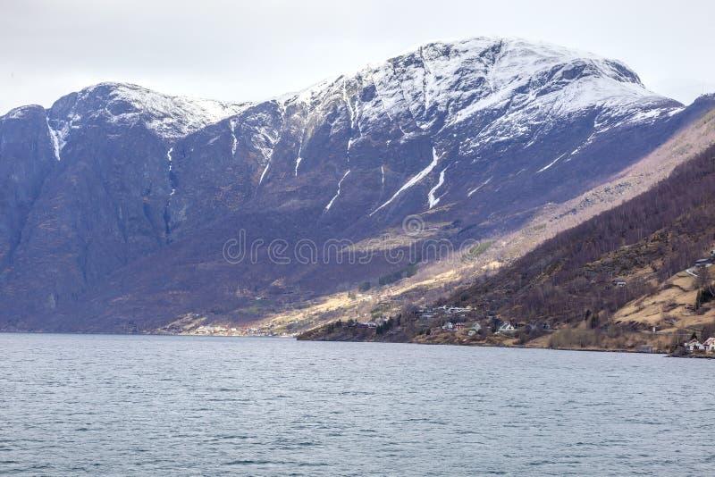 noorwegen Het dorp op de kust van de Sognefjord-fjord stock afbeeldingen