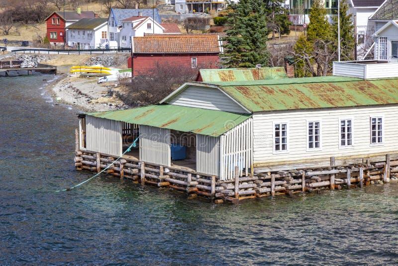 noorwegen Het dorp op de kust van de Sognefjord-fjord stock foto