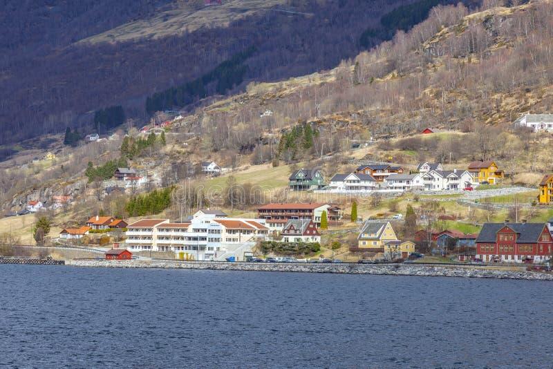 noorwegen Het dorp op de kust van de Sognefjord-fjord stock afbeelding