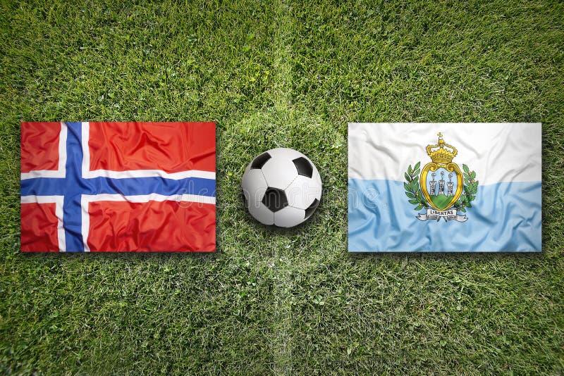Noorwegen versus De vlaggen van San Marino op voetbalgebied royalty-vrije stock fotografie