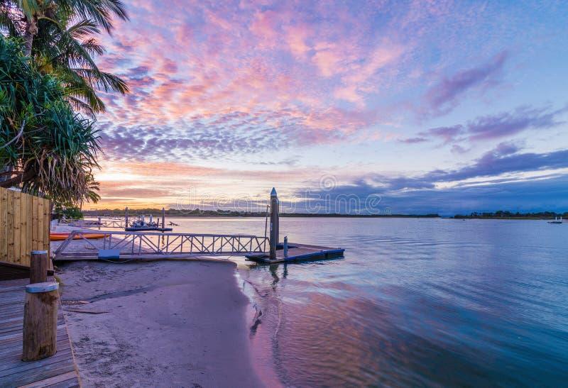 Noosa-Fluss Queensland Australien bei Sonnenuntergang mit einem vibrierenden Himmel stockfotos