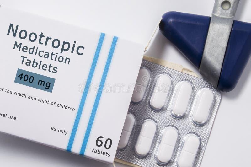 Nootropicdrug Neurologische reflexhamer en verpakkende doos van medicijn met naamgroep drug Nootropic met blaar met pil royalty-vrije stock foto