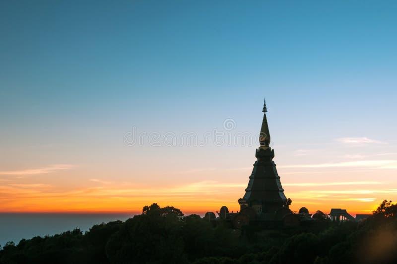 Noppamethanedol e Noppapol Phumsiri pagoda na paisagem do pôr do sol fotos de stock royalty free