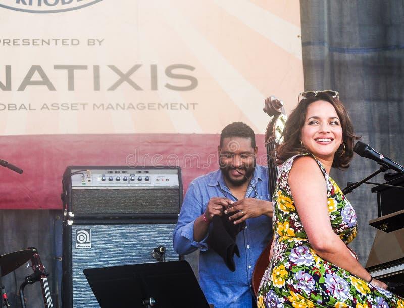 Norah Jones esegue a Newport Jazz Festival fotografie stock libere da diritti