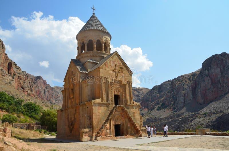 Noravank Armenien, September, 07, 2014 Folk som går i den forntida kloster Noravank i bergen arkivfoto