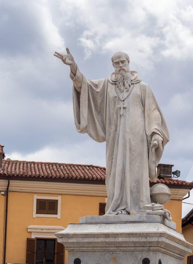NORCIA, ИТАЛИЯ 13-ОЕ ИЮЛЯ 2019: Через 3 лет после разрушительного землетрясения, много работы все еще нужно быть сделанным Статуя стоковое изображение rf