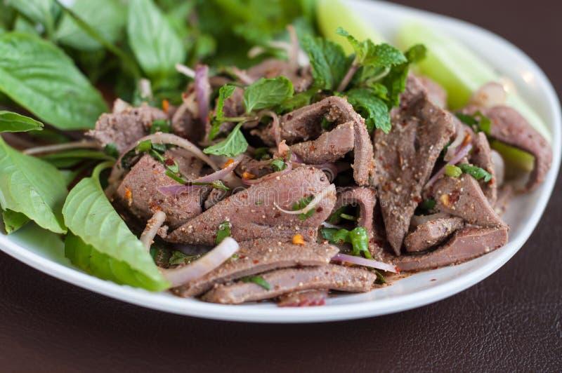 Nordöstliche Nahrung von Thailand, süßer würziger Lebersalat. stockfotos