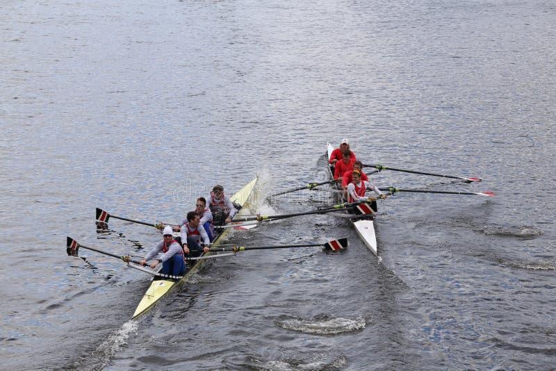 Nordöstra (lämnat) och Cornell (rätt) kollidera i huvudet av Charles Regatta Menss mästerskap Fours royaltyfria bilder