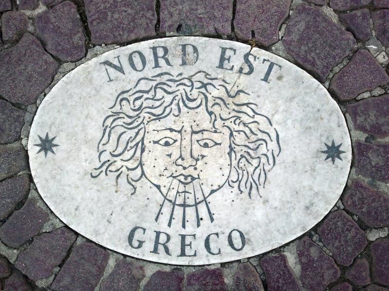 Nord Est norr öst - ett huvud som symboliserar riktningen av vinden En forntida bild på en marmortjock skiva i fyrkant för St Pet royaltyfria bilder