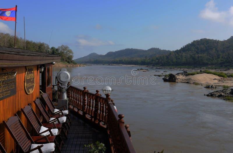 Nord-Laos: Resa i ett Mekong kryssningskepp till buddisten P arkivfoton