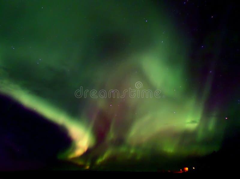 Nord- Lichter, die über dem Glacier See in Nationalpark Vatnajokull, Süd-Island blitzen stockfotografie