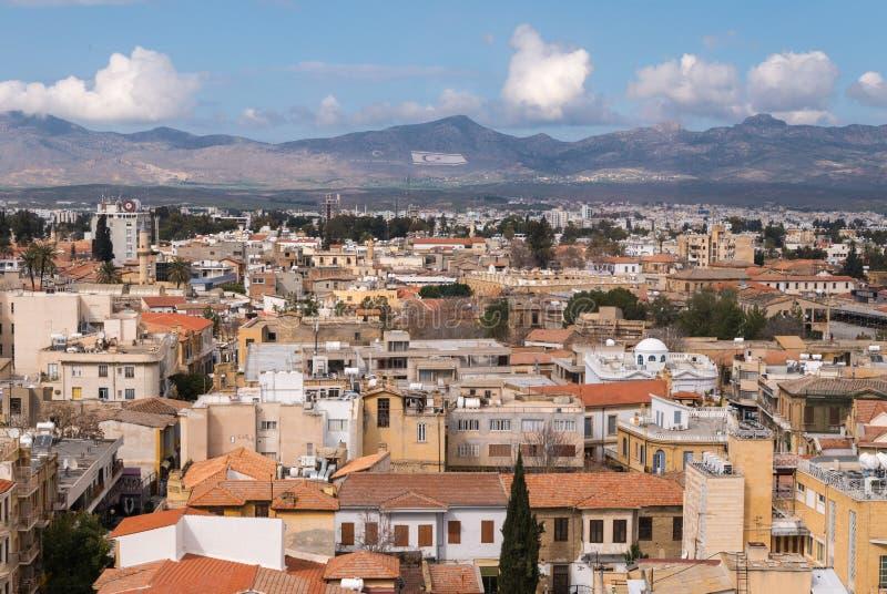 Nord- Nikosia in Richtung zu den Hügeln von Nord-Zypern lizenzfreie stockfotografie