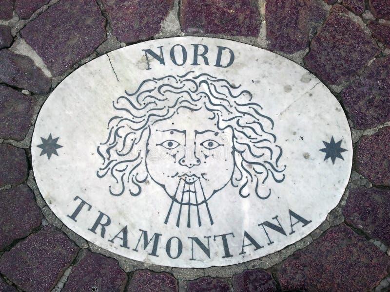 Nord Norr - ett huvud som symboliserar riktningen av vinden En forntida bild på en marmortjock skiva i fyrkant för St Peter ` s i royaltyfria bilder