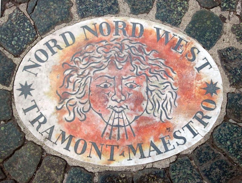 Nord Nord västra norr nordvästligt - ett huvud som symboliserar riktningen av vinden En forntida bild på en marmortjock skiva i S arkivbild