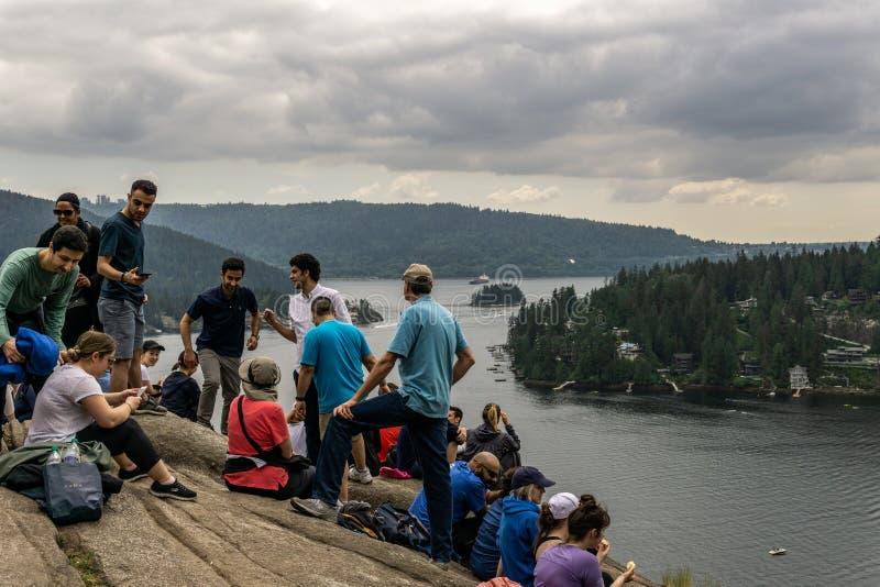 A NORD VANCOUVER, CANADA - 21 maggio 2018: la gente sopra l'allerta della roccia della cava il giorno di molla nuvoloso fotografie stock