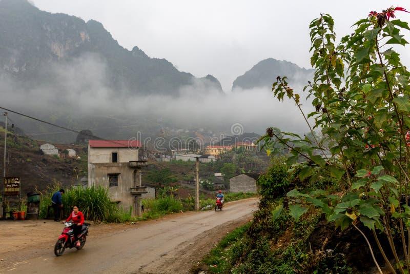 Nord-Vietnam-Dorf umgeben durch moutains stockbild