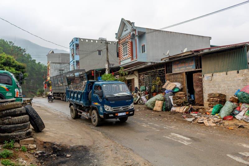 Nord-Vietnam-Dorfstraße lizenzfreie stockfotos