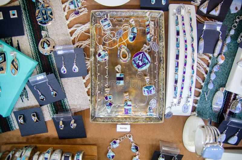 Nordamerikanische Eingeborene handgemachte jewelerys verkauft an Grand Canyon -Geschenkladen lizenzfreie stockfotografie