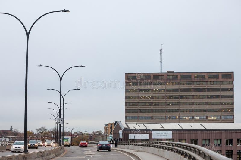 Nordamerikanische Landstraße auf Rosemont-Boulevard während eines bewölkten Nachmittages mit den Autos, die vorbei überschreiten  stockfotos