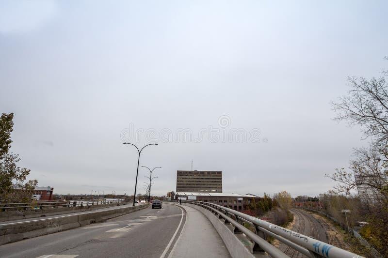 Nordamerikanische Landstraße auf Rosemont-Boulevard während eines bewölkten Nachmittages mit den Autos, die vorbei überschreiten, lizenzfreie stockfotografie