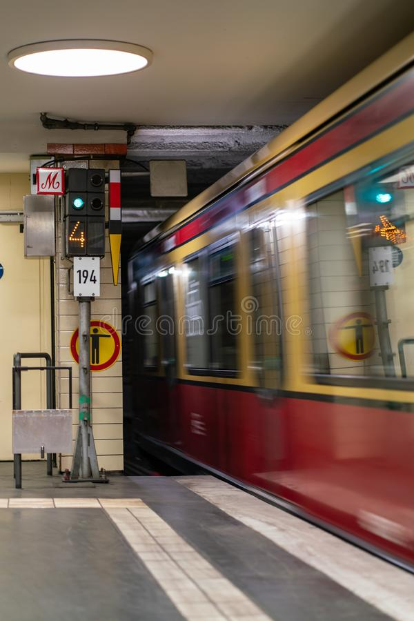 Nordbahnhof, Berlin, Deutschland - 7. Juli 2019: ein Zug, der die Station in den Tunnel lässt stockfoto