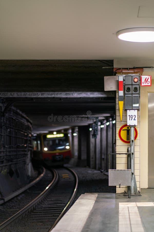 Nordbahnhof, Berlino, Germania - 7 luglio 2019: vista dal binario nel tunnel ferroviario con un treno che arriva immagini stock libere da diritti