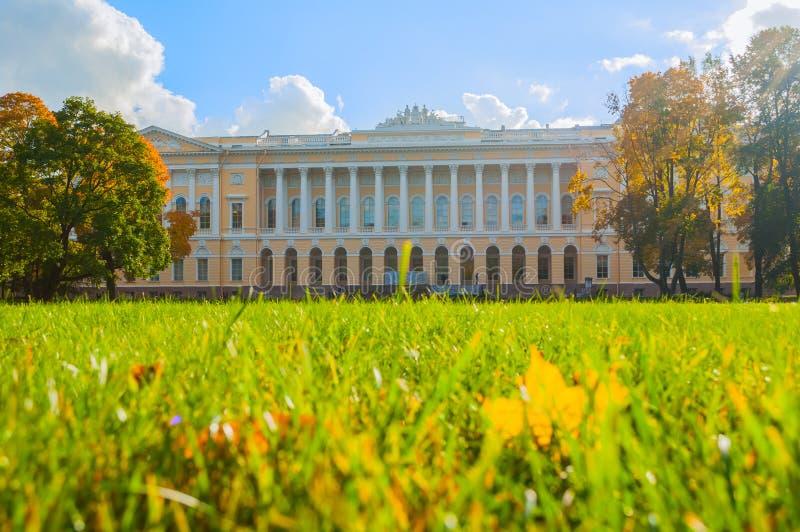 Nordfassade von Michael-Palast, Errichten des russischen Museums des Zustandes in St Petersburg, Russland lizenzfreies stockfoto