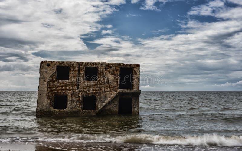 Nordforts im Wasser von Ostsee in Liepaja, Lettland Besichtigung obect Undeutliche Wellen wegen der langen Belichtung und Nd-Filt stockfotos