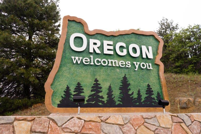 Nordgående trans. statliga för välkommet tecken mellanstatliga 5 Oregon arkivfoton
