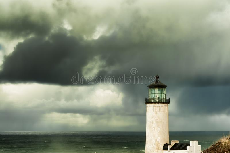 Nordhauptleuchtturm unter stürmischen Himmeln stockbild