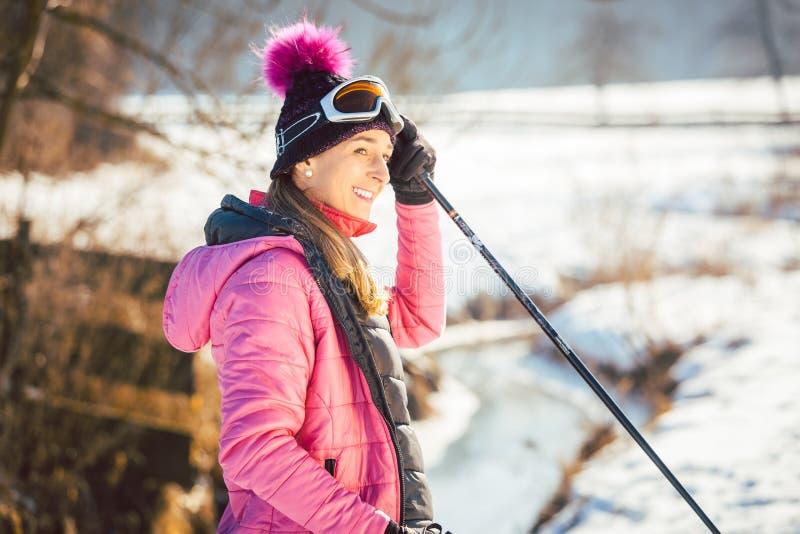 Nordic apto de la mujer que camina en paisaje del invierno fotografía de archivo libre de regalías
