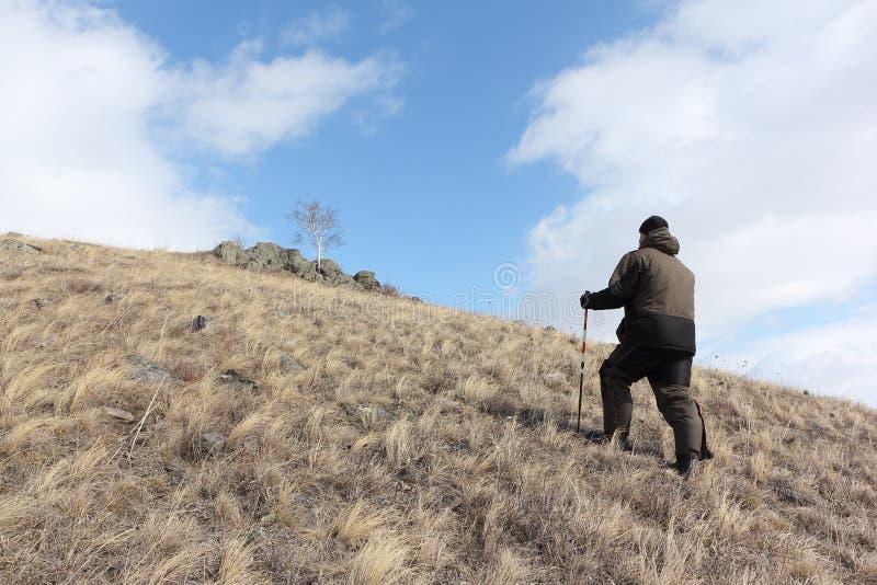 Nordic, der - erwachsener Mann klettert zur Spitze eines Berges geht stockfotos