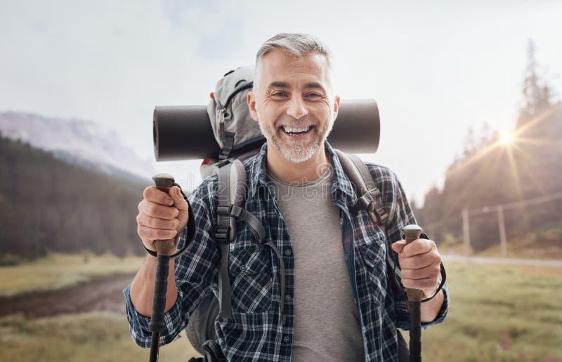 Nordic marchant sur les montagnes photographie stock libre de droits