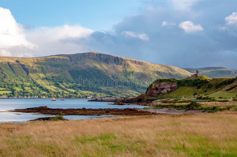 Nordirland Küste und Ruine von Red Bay-Schloss stockbilder
