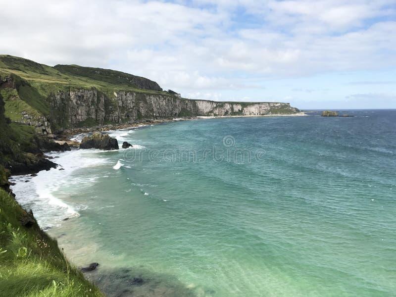 Nordirland-Weg zum carrick-a-rede lizenzfreies stockfoto